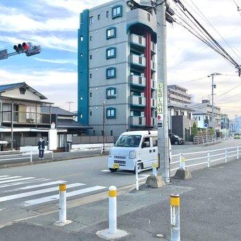 徒歩2分ほどで「津屋本町」バス停へ。左側にはコンビニもすぐ近くにありますよ。