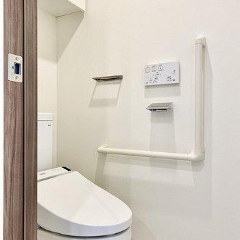 お手洗い。シンプルで清潔感があります。※写真は3階の同間取り別部屋のものです