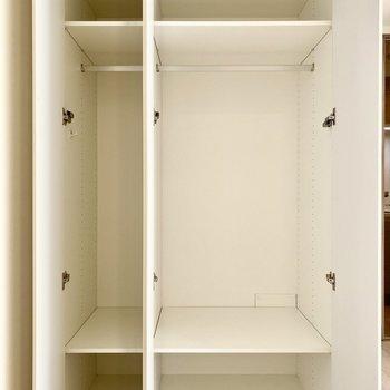 大容量の収納スペース。左はアウター、右はその他など使い分けができそう。※写真は3階の同間取り別部屋のものです