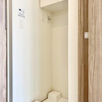 後ろには洗濯機置き場が。上部には収納がついていますね。※写真は3階の同間取り別部屋のものです