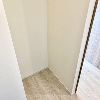 振り返ると冷蔵庫置き場がありますよ。※写真は3階の同間取り別部屋のものです