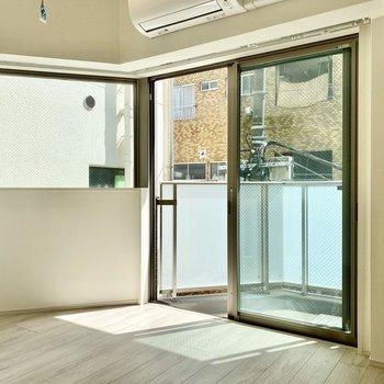 南向きの窓から優しい光が。※写真は3階の同間取り別部屋のものです