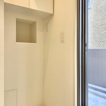 収納が豊富な洗濯機置き場。横の扉はルーバルに続いています。