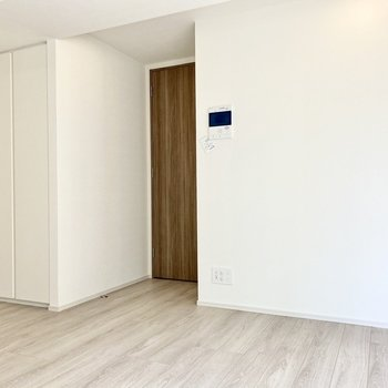 右の扉は脱衣所へ続いています。※写真は3階の同間取り別部屋のものです