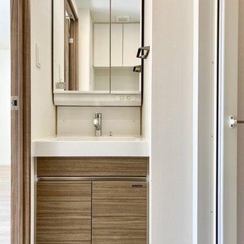 脱衣所。機能美を感じる洗面台。※写真は3階の同間取り別部屋のものです