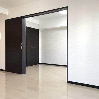 【LDK】引き戸を開けると、さらに開放感が増します。※写真は3階の反転間取り別部屋のものです