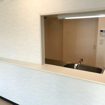 【LDK】カウンターキッチンは、なんだか出店みたいで可愛らしい。※写真は3階の反転間取り別部屋のものです