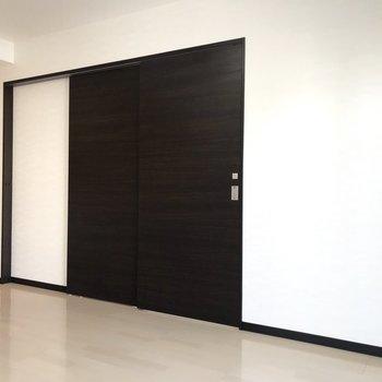 【LDK】目をひくような大きな扉が付いています。※写真は3階の反転間取り別部屋のものです