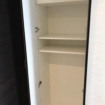 【LDK】自由に組み替えが可能な収納が付いています。※写真は3階の反転間取り別部屋のものです