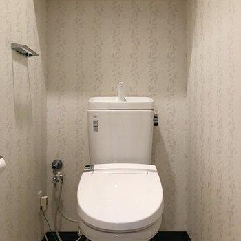 壁紙がオシャレなトイレです。※写真は3階の反転間取り別部屋のものです