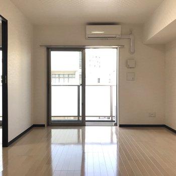 【LDK】窓から差し込む陽射しが、床に反射して輝きます。※写真は3階の反転間取り別部屋のものです