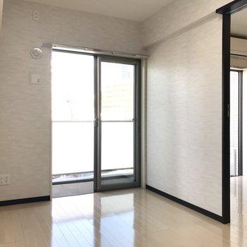 【洋室】洋室からもベランダに出ることができます。※写真は3階の反転間取り別部屋のものです