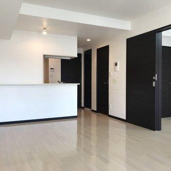 【LDK】モノトーン調の洗練されたデザインが大人っぽいですね。※写真は3階の反転間取り別部屋のものです