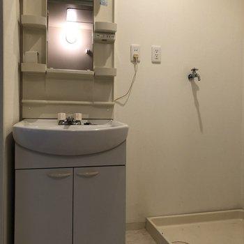 洗面台と洗濯機置き場の間に、ほそながーい棚を置けます。
