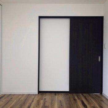 【洋室】黒が引き締めてくれますね。