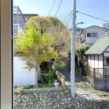 【洋室】窓からはご近所さん達が見えます。