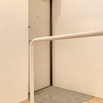 玄関はゆとりがあるので、シューズラックを置くことができますよ。