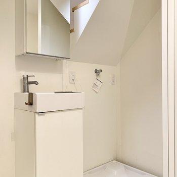 洗面台と洗濯機置き場は階段脇に。