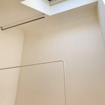 【ロフト】天窓横でお部屋干しができそう。