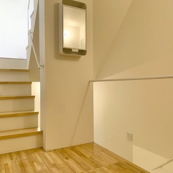 玄関扉を開けると早速階段のお出まし。上階から見てみましょう!