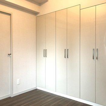 【洋室】戸は全て光沢のある仕様。
