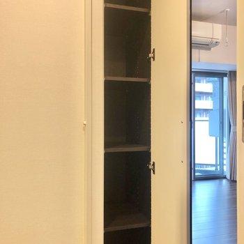 廊下に出てすぐ、スリムな収納棚がありました。