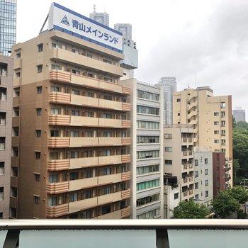 周囲は大きなビルやマンションが立ち並びます。