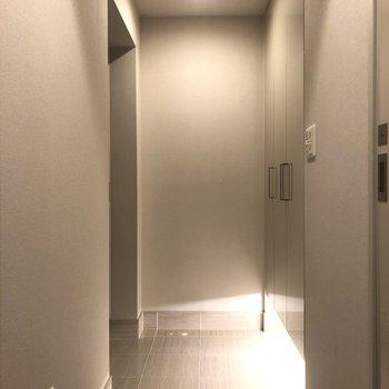 足下のライトが素敵な玄関。
