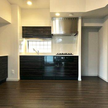 【LDK】上品で落ち着いた色合いの、キッチンとフロア。