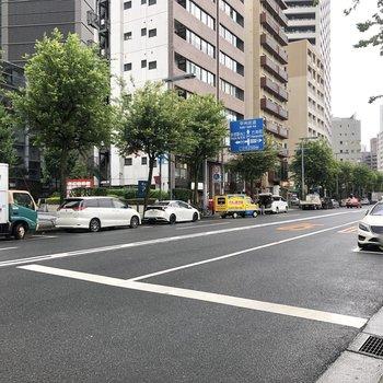 お部屋の前の通りは、車通りが多いです。