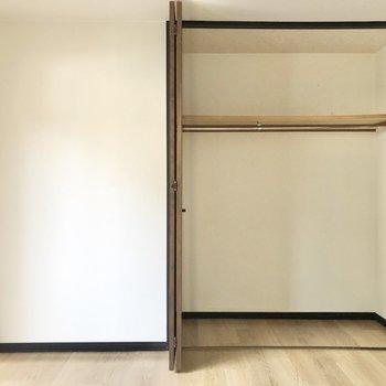 【洋室①】大容量のクローゼットにはチェストや3段ボックスも入れられます。