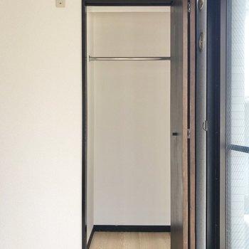 【洋室②】さらに、丈の長いお洋服も入るクローゼット付き。