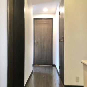 廊下に出て、角を曲がった先にある洋室②へ向かいましょう。(玄関を背にして撮影しています)