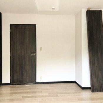 【洋室①】ドアとフロアのコントラストが素敵。※写真はクリーニング前のものです