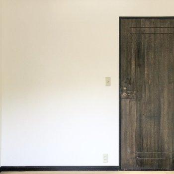 【洋室②】ドア横にもコンセントがあり、様々な電化製品を設置できます。