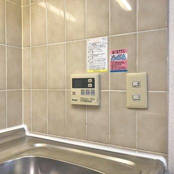 【LDK】壁に給湯スイッチを発見。