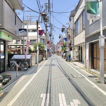 駅までの間には商店街が続いています。ドラッグストアや八百屋さんがありました。