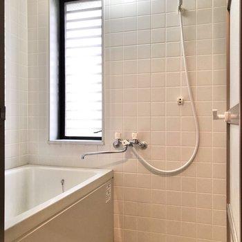 お風呂には換気もできる窓付きです。