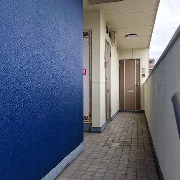 ブルーが印象的な共用部。