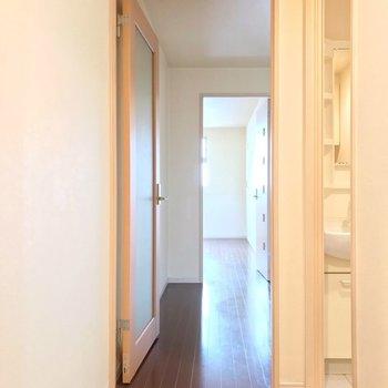 玄関入って、正面にダイニングと洋室。東向きです。(※写真は清掃前のものです)