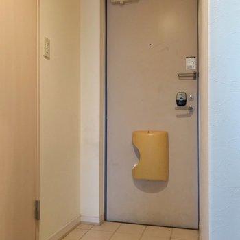 玄関はフラットなので、大荷物も搬入しやすいです。(※写真は清掃前のものです)