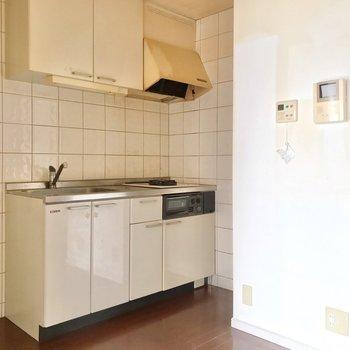 ダイニングには白いキッチン。冷蔵庫はシンクの隣に置けます。(※写真は清掃前のものです)