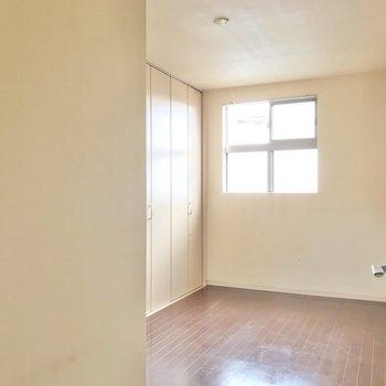 隣には5.2帖の洋室。ここは2人の寝室に。(※写真は清掃前のものです)
