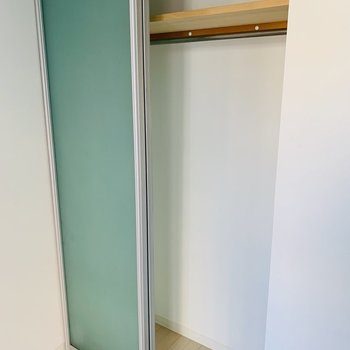 クローゼットの扉に半スケルトン素材を◎※写真は同間取り別部屋