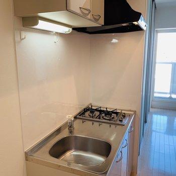キッチンはこちら。立派な換気扇※写真は同間取り別部屋