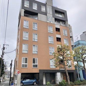 通りに面したマンションです。