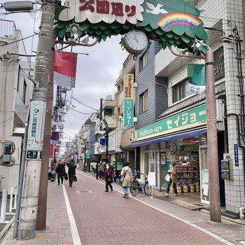 駅までの通りは商店街になっていました。