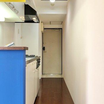 長い廊下にキッチンがあります。