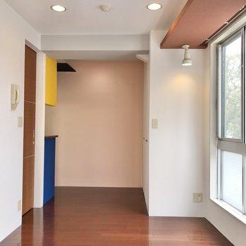 ベッドは窓沿いでも左の壁沿いでもお好みで。