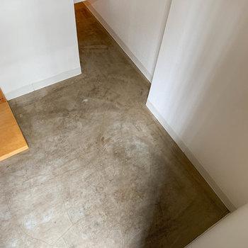 さっきの穴と、玄関でも繋がっています。